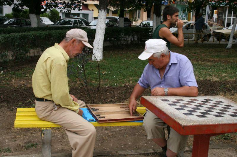 batrani-in-parc-pensionari-jucand-table-1