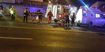 Un copil de aproximativ doi ani a murit, iar tatăl şi bunica sa au fost grav răniţi în urma unui accident rutier care a avut loc miercuri seară pe o trecere de pietoni din municipiul Constanţa. În accident a fost rănită și o a patra persoană. Potrivit reprezentanţilor Inspectoratului de Poliţie al Judeţului Constanţa, poliţiştii au fost solicitaţi să intervină la un accident rutier petrecut pe bulevardul 1 Mai din municipiul Constanţa, în urma căruia trei persoane au fost rănite, printre care şi un copil. La faţa locului au ajuns şi mai multe echipaje ale Serviciului Judeţean de Ambulanţă, care au început să acorde primul ajutor victimelor. Cadrele medicale au început manevrele de resuscitare deoarece copilul, în vârstă de aproximativ doi ani, era în stop cardiorespirator. În ciuda eforturilor depuse, copilul nu a mai putut fi salvat, fiind declarat decedat. Tatăl său era inconştient, fiind transportat la Spitalul Clinic Judeţean de Urgenţă Constanţa în stare critică, iar bunica suferise fracturi la picioare, fiind de asemenea dusă la unitatea medicală. În urma primelor cercetări, autorităţile au stabilit că accidentul a avut loc pe o trecere de pietoni. Copilul se afla în braţele tatălui atunci când maşina i-a lovit. Din primele informații, șoferul vinovat nu a frânat deloc. Autoturismul era condus de un tânăr de 22 de ani, care nu consumase băuturi alcoolice. Inițialele sale sunt B.Ș. Acesta se afla în mașină împreună cu prietena sa, în vârstă de 25 de ani. Și aceasta a fost rănită și transportată la spital.